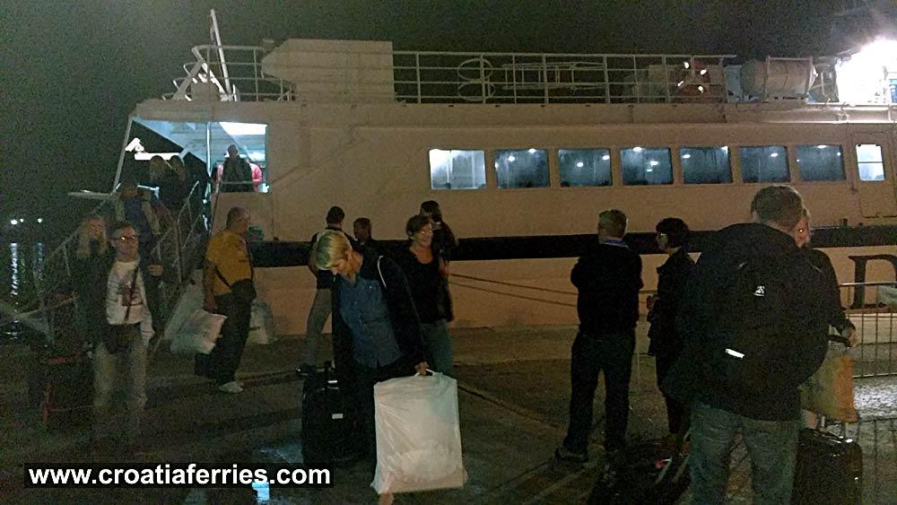 ferry-arrival-korcula201610b